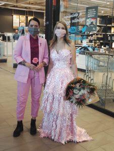 Roosa nauha puku ja suunnittelija
