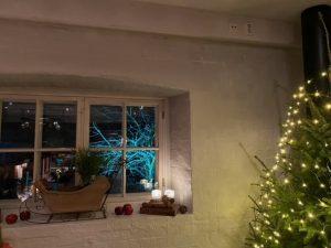 jouluinen ikkuna koristeineen