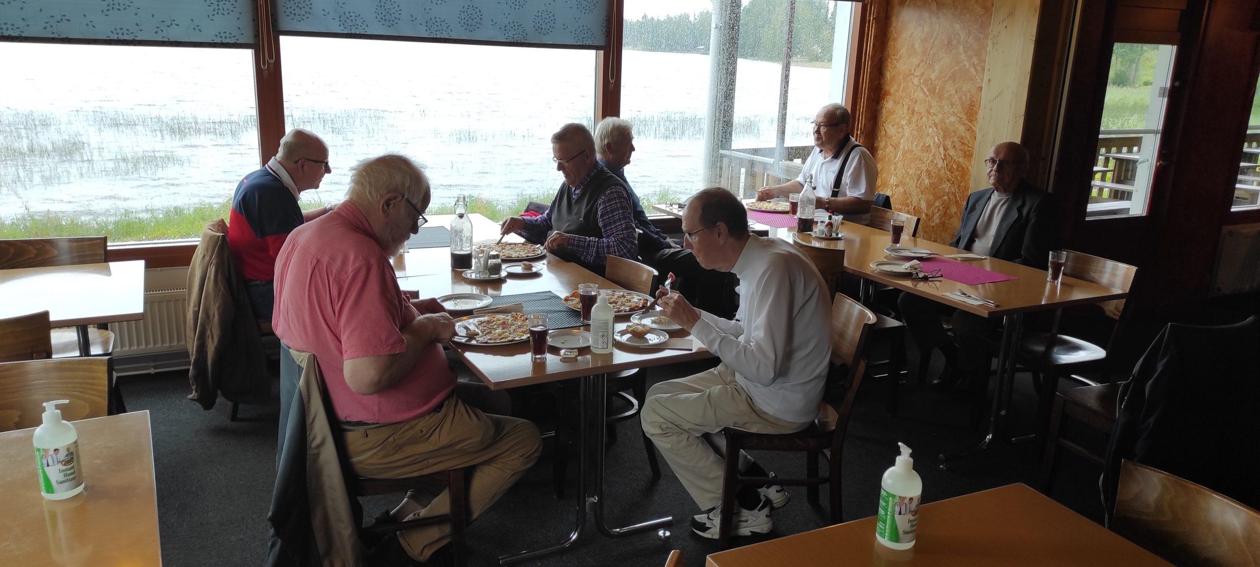 ihmisiä ruokailemassa Hallin Jannessa