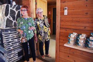 2 naista tarjoilee kahvia