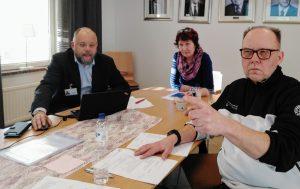 Markku Suoranta, Aino Pihlajamäki ja Christer Strömbäck kokoushuoneessa
