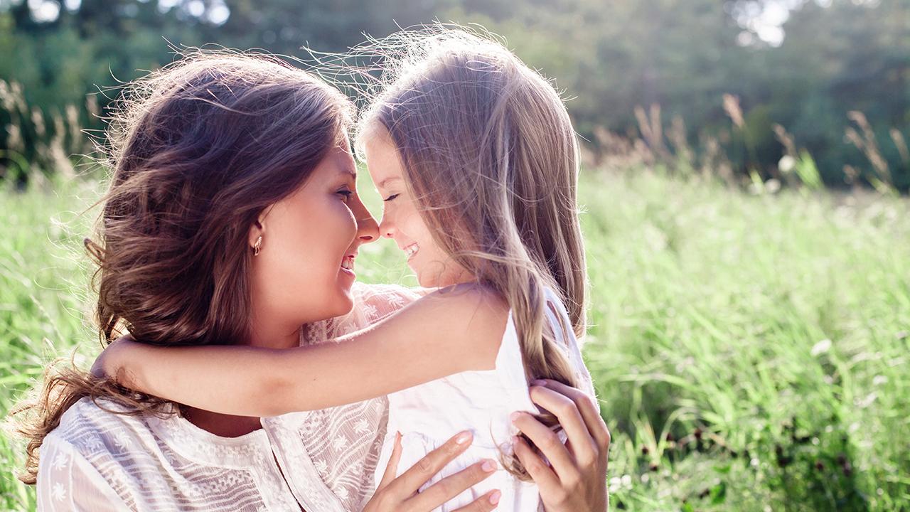 Äiti ja tytär kesäisessä luonnossa.