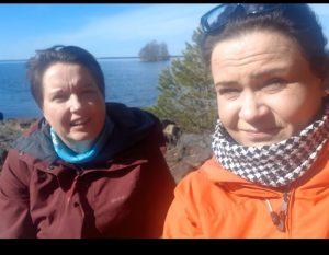 yhdistyksen kaksi sairaanhoitajaa auringossa veden äärellä