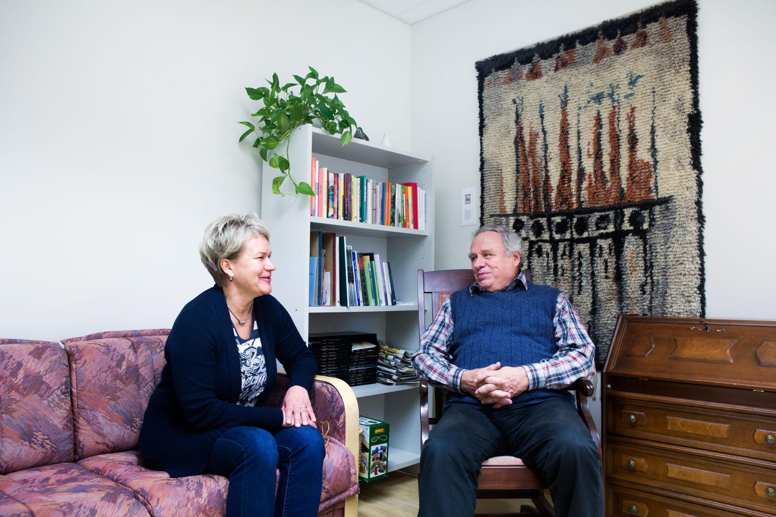 Neuvontahoitaja Jaana Lemetyinen ja vertaistukihenkilö keskustelevat neuvontapalvelun aulassa