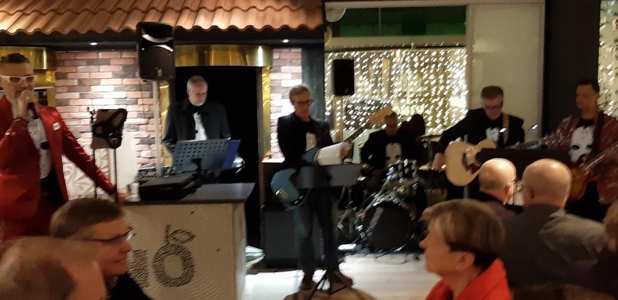 Seko-niminen bändi esittää yleisölle musiikkia.