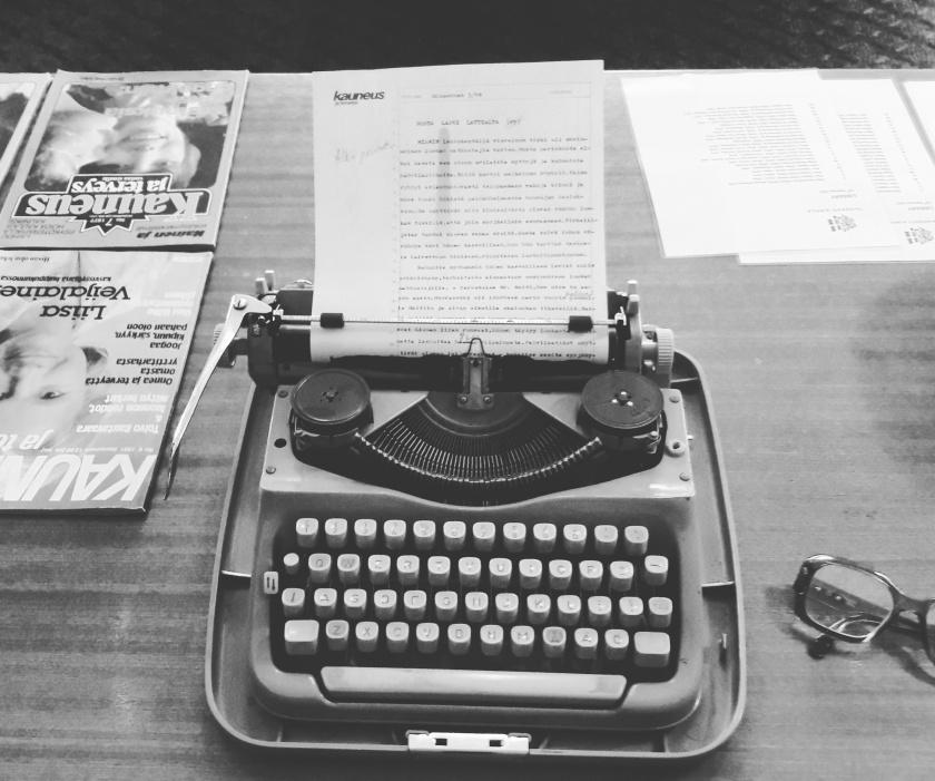 mustavalkoinen kirjoituskone retro