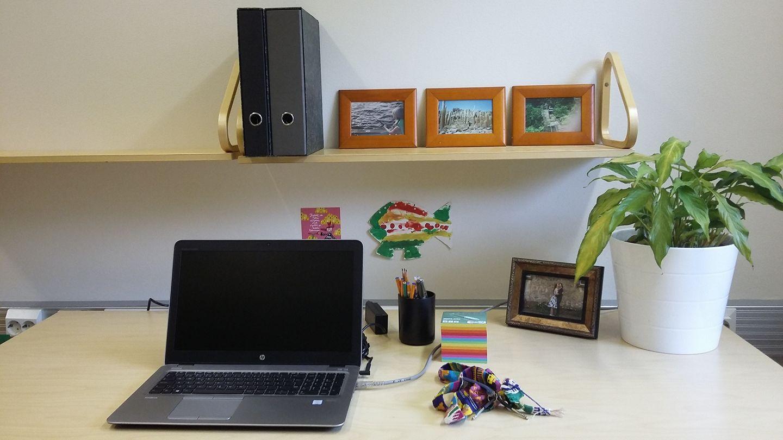 Toimistokuva on mun ekana työpäivänä, kun sain työpisteeni järjesteltyä työkuntoon. Kuva: Elina Hutton©