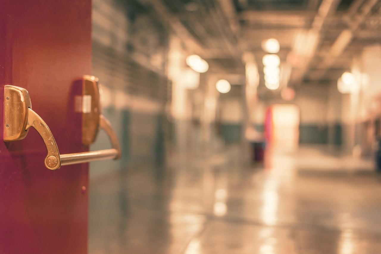 käytävä punainen ovi