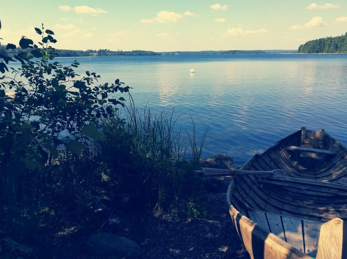 sininen järvi soutuvene auringonlasku