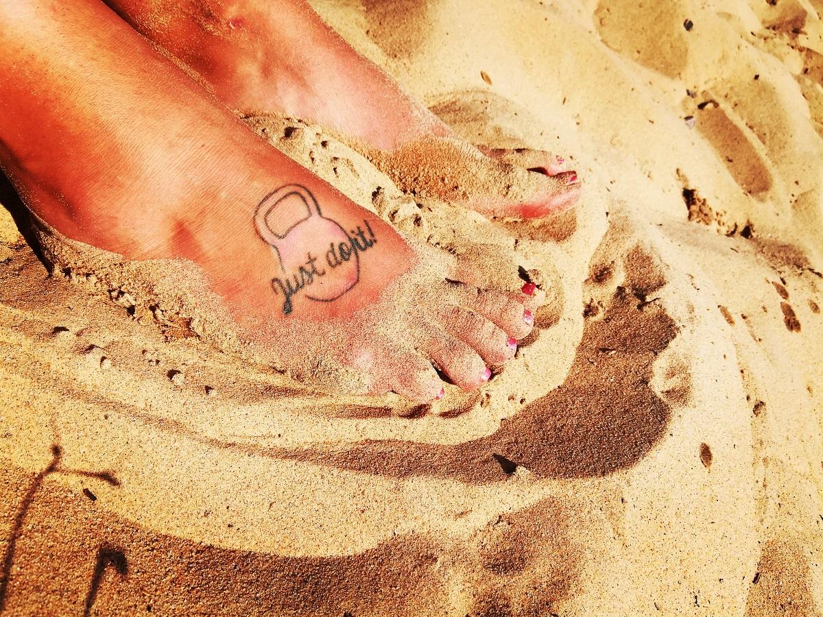 keltainen hiekka oranssit jalat tatuointi