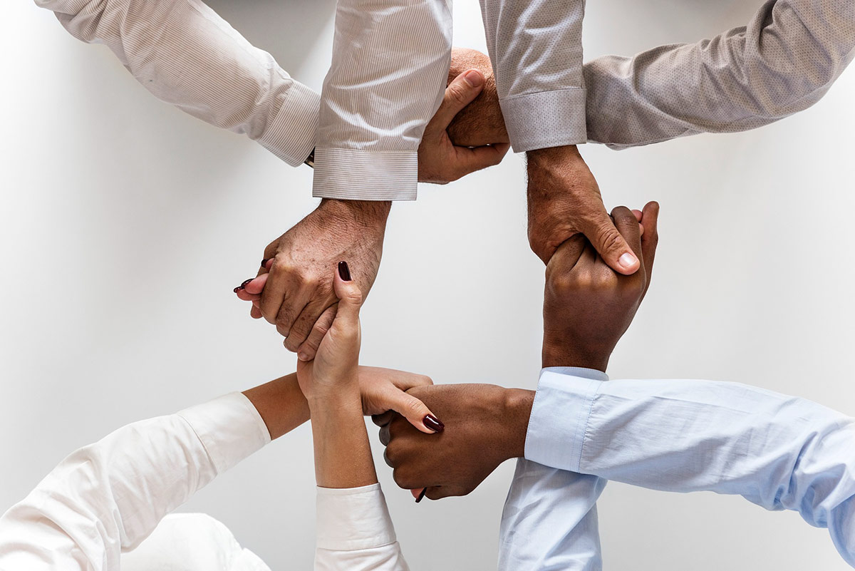 Kädet käsissä, ryhmä