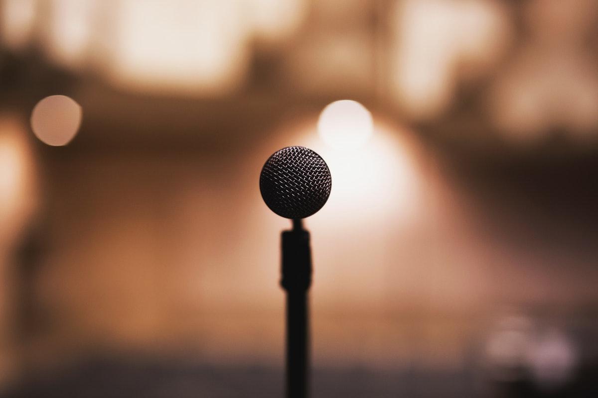 mikrofoni ruskaa himmeää taustaa vasten