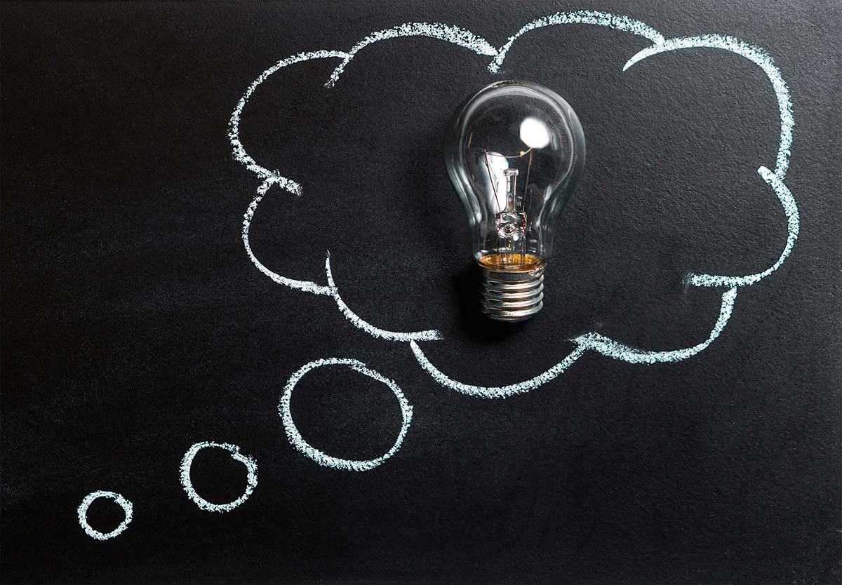 Hehkulamppu ajatuskuplassa, idea, oivallus