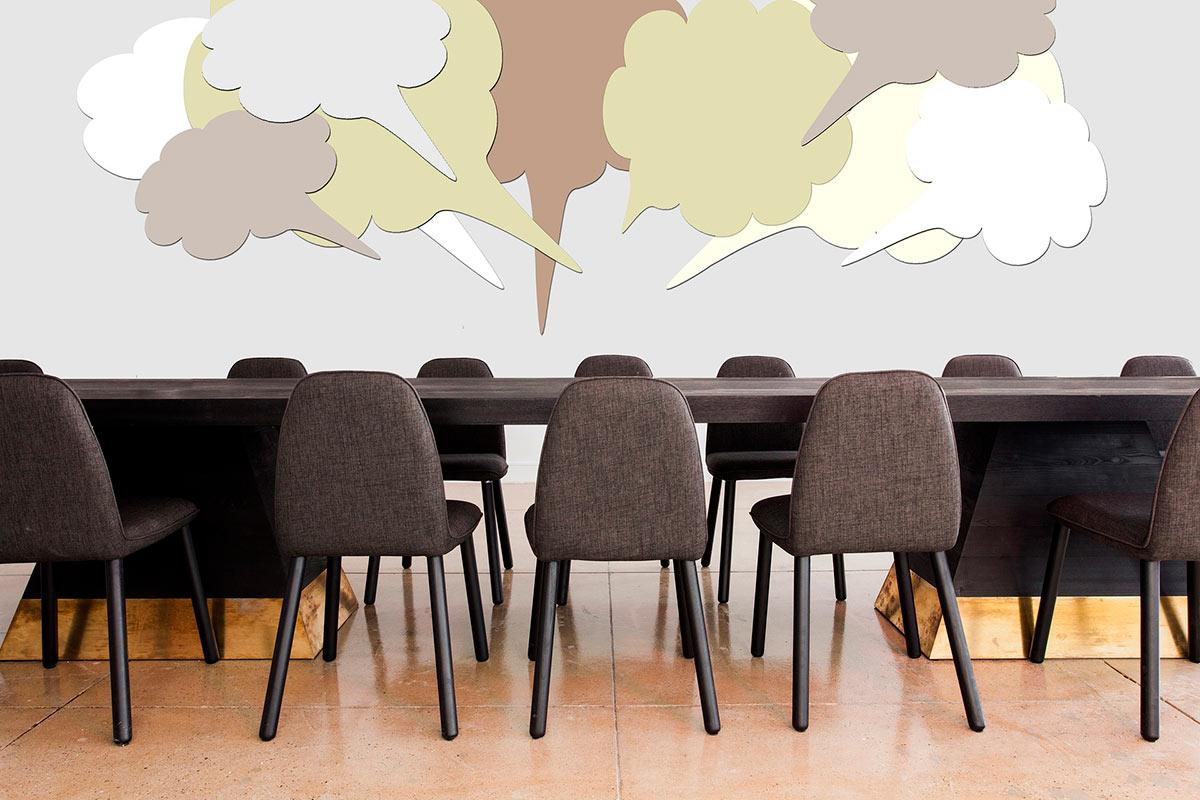 Pöytä, tuoleja ja puhekuplia