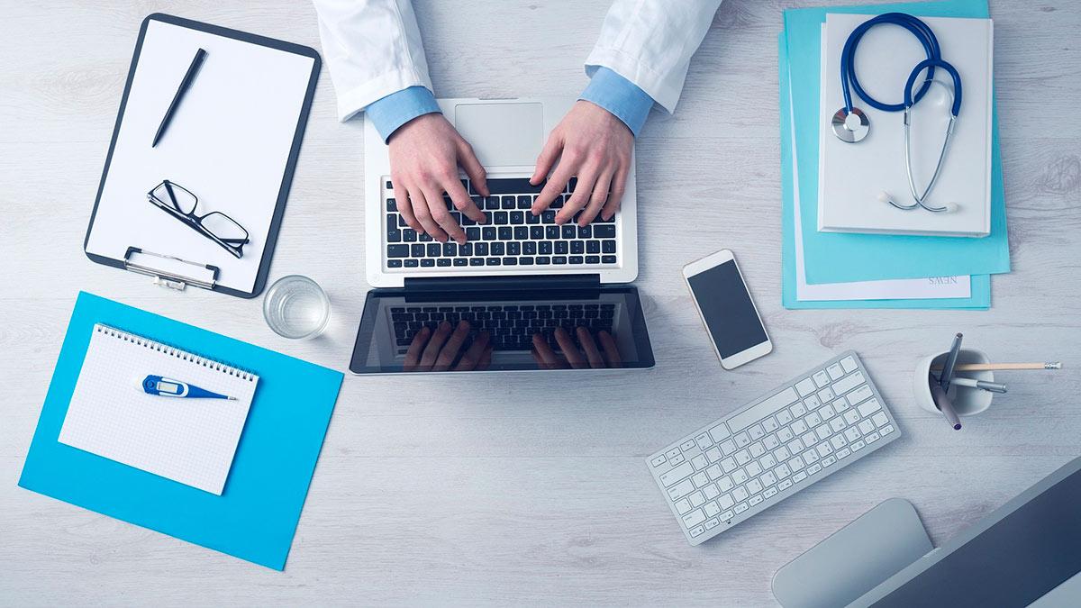 Lääkäri tietokoneen ääressä