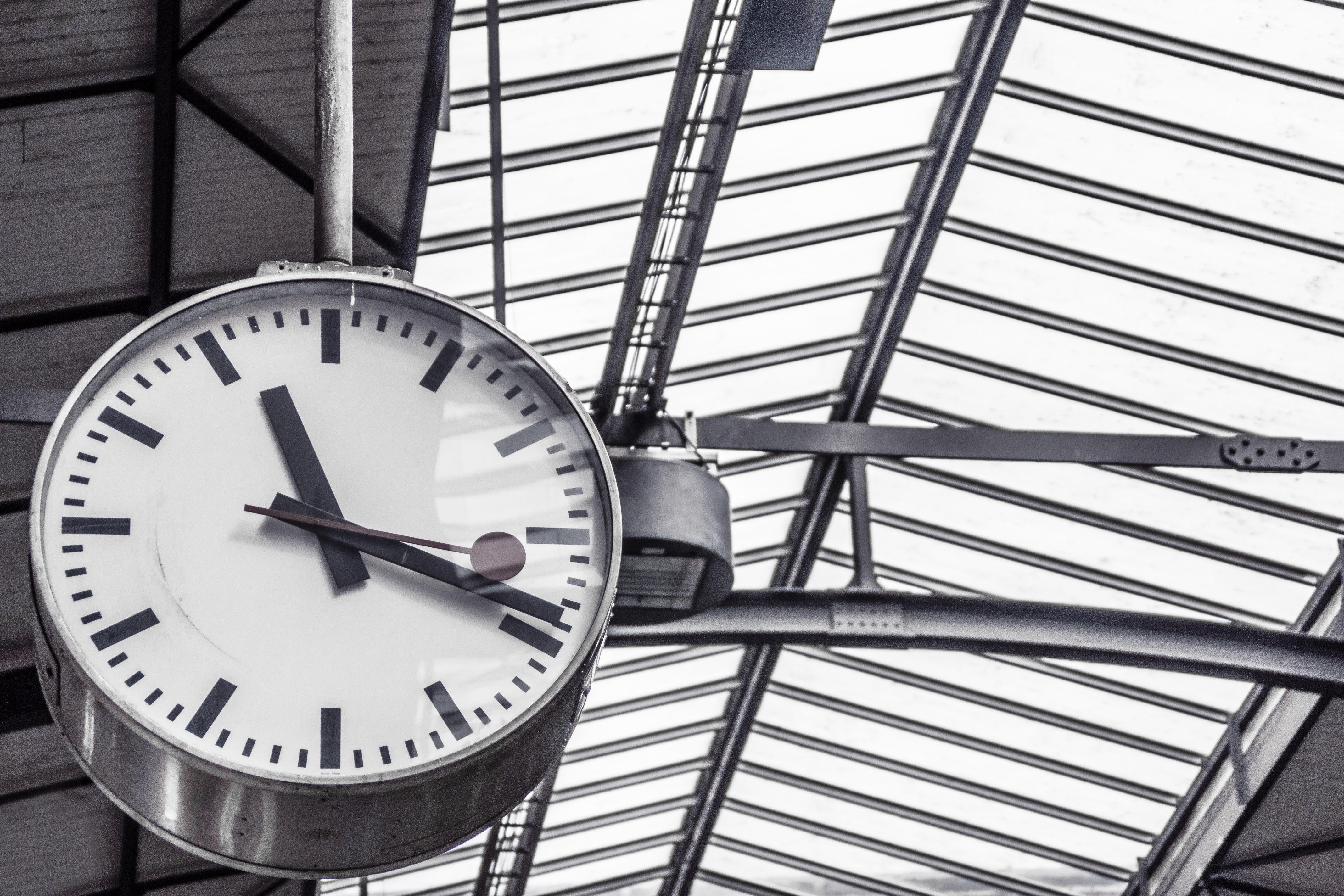 mustavalkokuva aseman kello