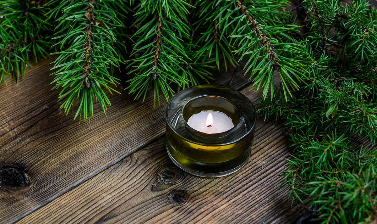 Havuja ja lämpökynttilä puisella pöydällä