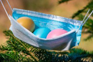 Värikkäitä pääsiäismunia kasvoisuojaimen sisällä