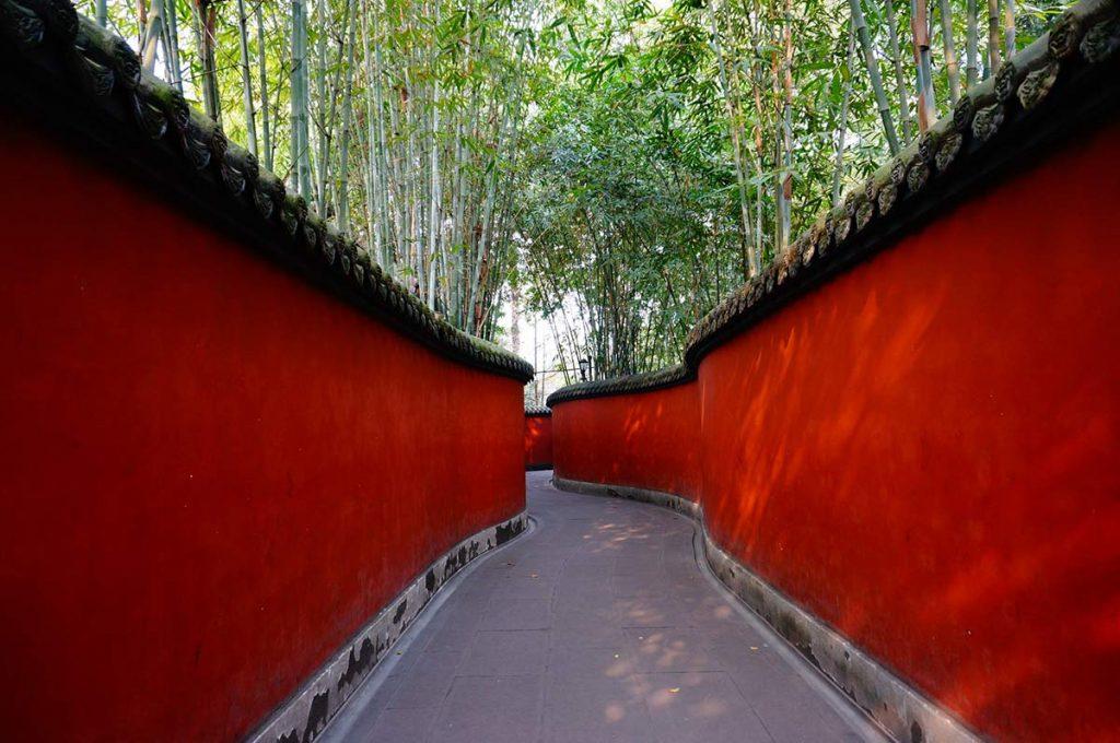 Punaiset muurit, joiden välissä kiemurteleva tie