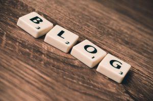 teksti blog puupinnalla