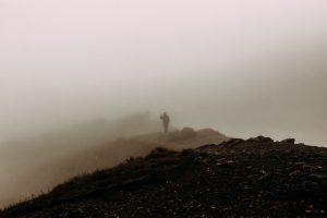 Hahmo sumussa vuorilla
