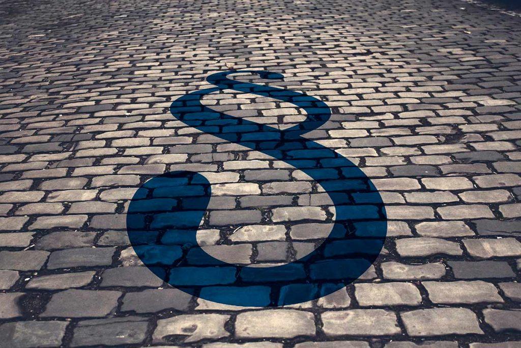 Kivetty katu ja sininen pykälänmerkki