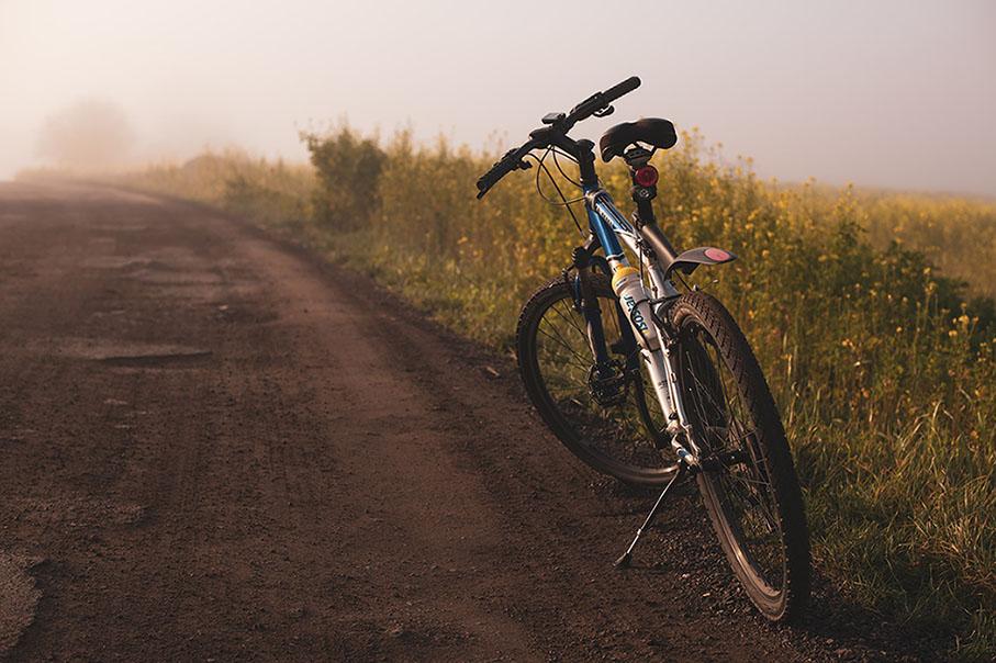 Pyörä hiekkatiellä