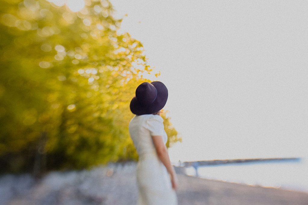 Hattupäinen ihminen rannalla