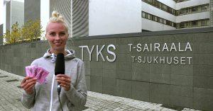 Korkeushypääjä Heta Tuuri seisoo Turun yliopistollisen keskussairaalan edessä.