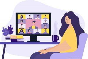 Kuvassa nainen istuu tietokoneen äärellä.