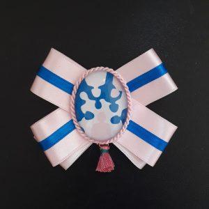 Yleisurhoollisuusmitali yhdistyksen väreissä, vaaleanpunaieslla pohjalla sininen raita ja keskellä yrityksen logon kuva