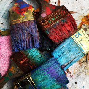 värikkäitä maalipensseleitä